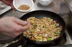 Le vers de farine est l'un des insectes comestibles biologiques disponibles sur le marché français.